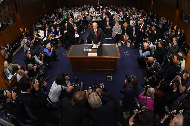 Osa työtarjouksen teilanneista on kertonut syyksi tutkinnan Venäjän sekaantumisesta Yhdysvaltojen presidentinvaaleihin. Oikeusministeri Jeff Sessions kiisti tiistaina olleensa liitossa Venäjän kanssa.