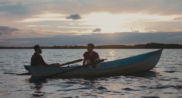 Elokuva on kuvattu suomalaisissa järvimaisemissa.