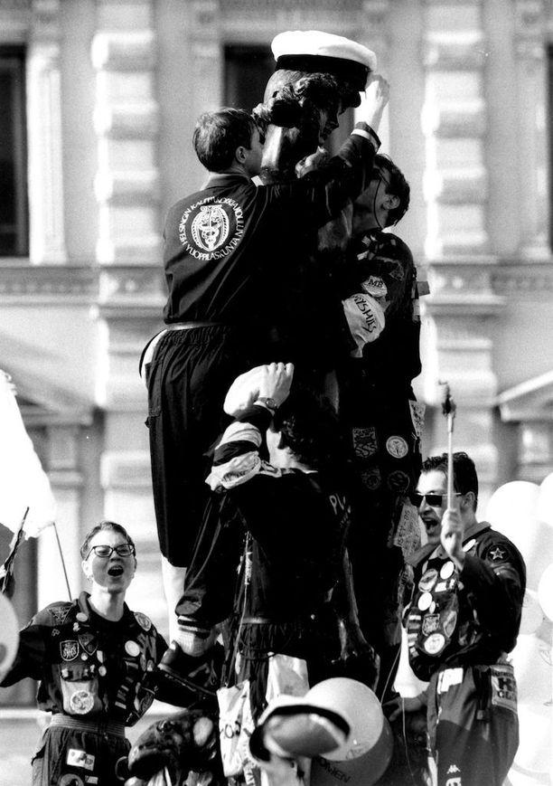 Vuonna 1989 vappurieha alkoi Helsingissä perinteiseen tapaan Havis Amandan patsaan pesulla ja lakituksella. Lakitusvuorossa oli Helsingin kauppakorkeakoulun ylioppilaskunta. Vielä 1980-luvun lopulla ylioppilaat kiipesivät patsaalle pesemään sitä.