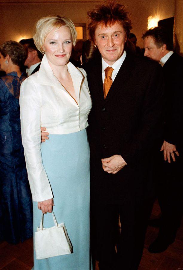Tommi Läntinen ja Mirja-vaimo edustivat Linnan juhlissa vuonna 2001.