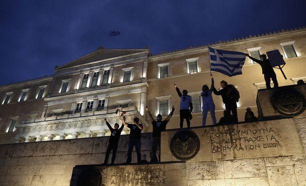 Ateenassa mielenosoittajat kerääntyivät protestoimaan uusia leikkauksia.