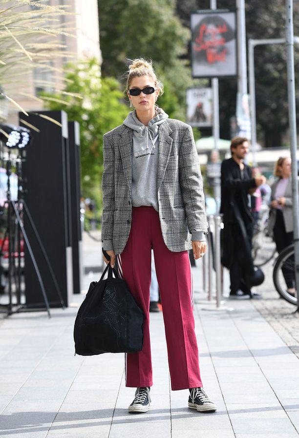 Huppari sujahtaa taas bleiserin alle! Farkkujen sijaan rennossa tyylissä voi kokeilla suoria housuja.