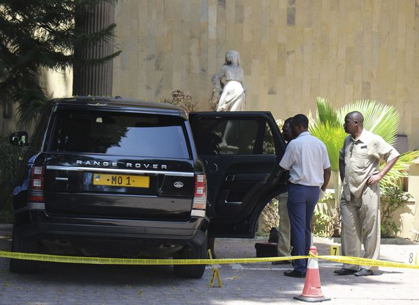 Viranomaiset tutkivat Colosseum-hotellin pihaan jäänyttä Dewjin ajoneuvoa, jonka rekisterikyltti on MO1 miljardöörin lempinimen mukaan.