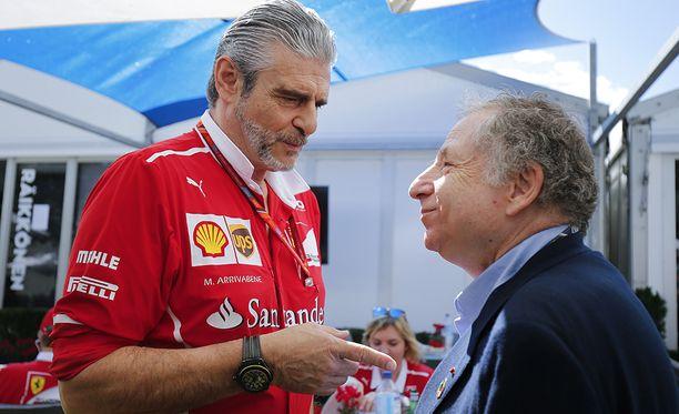 Ferrarin tallipäällikkö Maurizio Arrivabene ja Jean Todt juttelivat hyvätuulisesti vuosi sitten Australiassa.