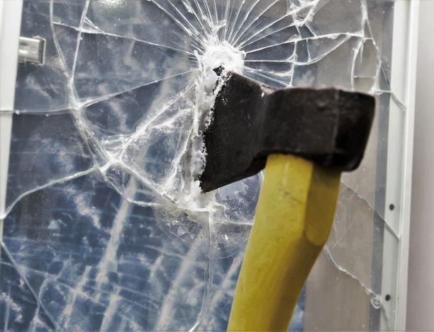 Nainen iski lasin rikki, mutta teloi samalla itseään. Arkistokuva, joka ei liity tapaukseen.