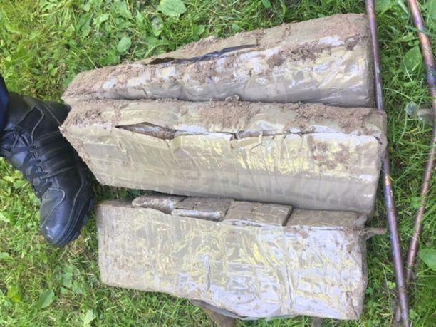 Poliisi takavarikoi tutkinnan aikana yli kahdeksan kiloa hasista.