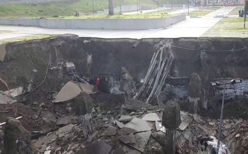 Maa sortui yllättäen parkkipaikan alta Italiassa – vajoama nielaisi useita autoja