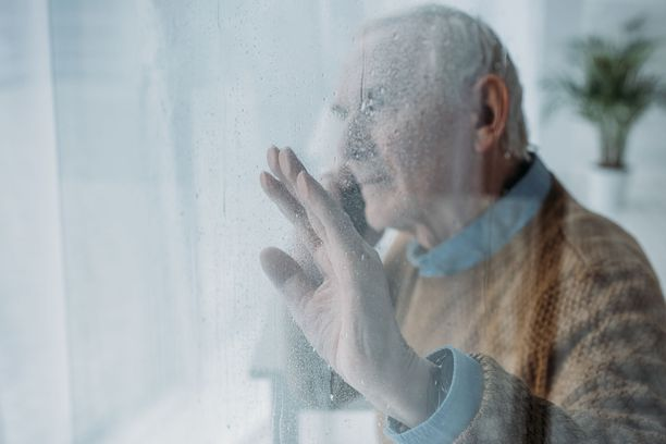 Yli 70-vuotiaita voi nyt auttaa soittamalla tai esimerkiksi tarjoutumalla käymään kaupassa.