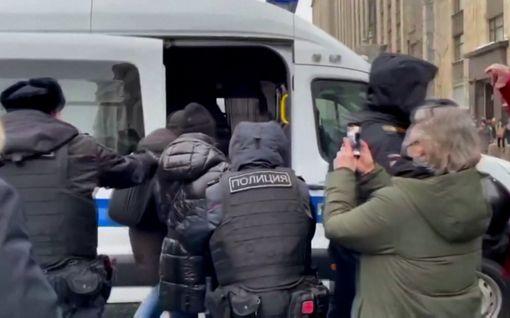 Aleksei Navalnyin vaimo Julia Navalnaja pidätettiin Moskovassa – video näyttää kiinnioton