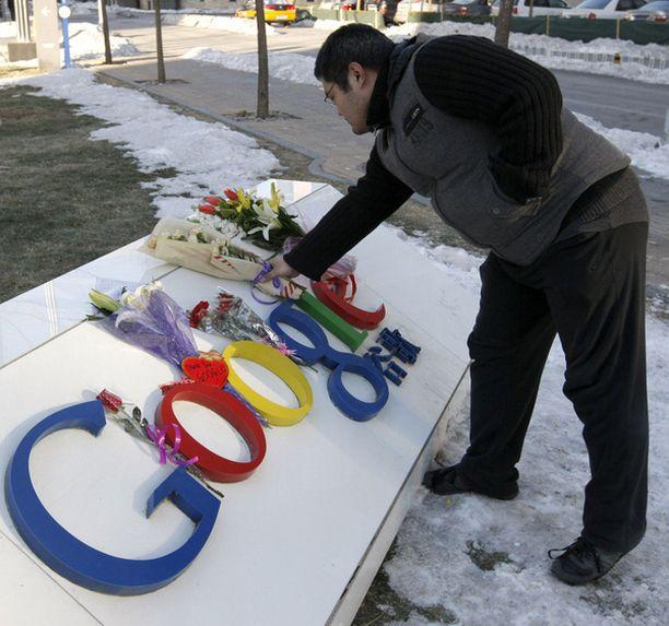 Googlen kiinalaiskäyttäjät toivat kukkia yhtiön Kiinan pääkonttorin luokse, kun se ilmoitti sensuurin vastaisesta päätöksestään.