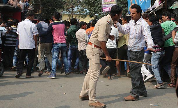 Poliisi turvautui patukoihin pitääkseen ihmiset riittävän kaukana norsusta.