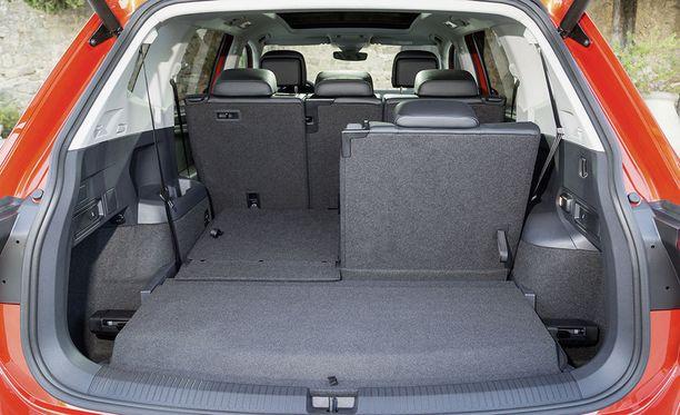 Tavaratila perusasennoissaan 760, 700 tai 230 litraa riippuen, valitseeko autoon kolmannen penkkirivin ja ovatko lisäistuimet ylös vai alas taitettuina.