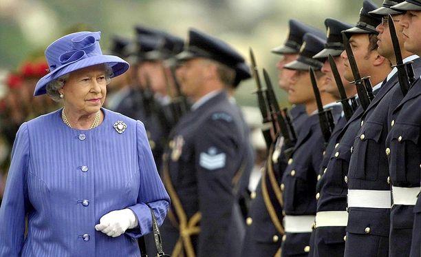 Kuningatar Elisabet tarkistaa ilmavoimien kunniakompanian vierailullaan Wellingtonissa Uudessa-Seelannissa vuonna 2002.