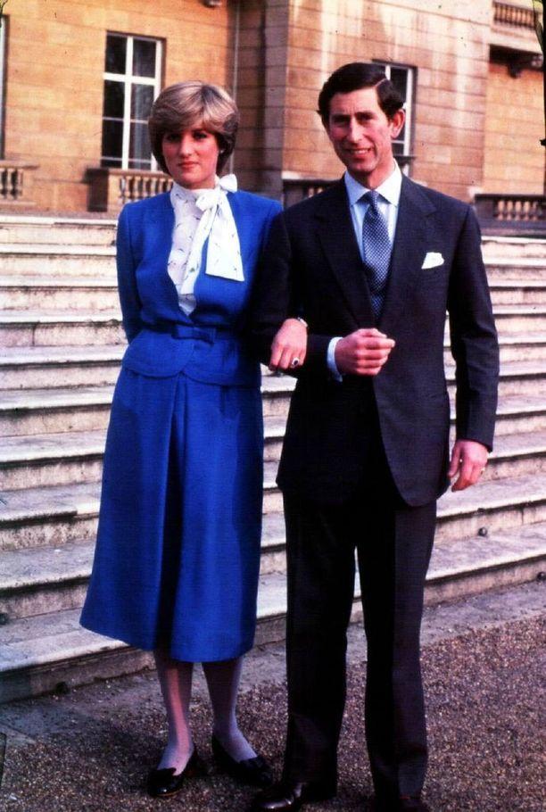 Prinssi Charles ja Diana kihlausuutisen jälkeen vuonna 1981.