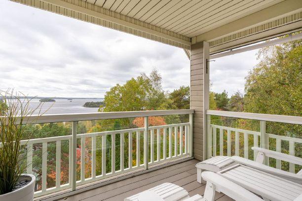 Yläkerran terassilta aukeaa rauhoittava näkymä suoraan järvelle.