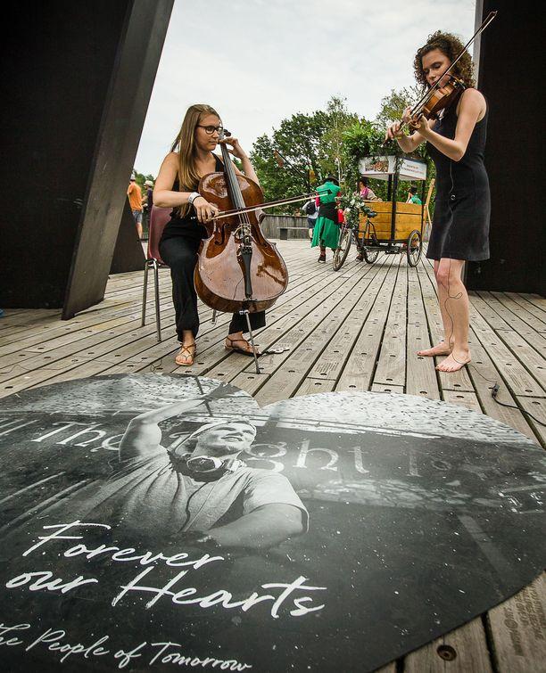 Maailmankuulu ruotsalaisartisti Tim Bergling, taiteilijanimeltään Avicii, kuoli 28-vuotiaana huhtikuussa. Naiset soittivat Aviciin muistolle belgialaisella festivaalilla.