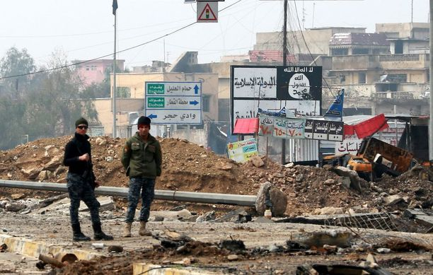 Kuvassa Irakin poliisin joukkoihin kuuluvat sotilaat Länsi-Mosulissa ilmaiskun jälkeen maaliskuun lopussa.