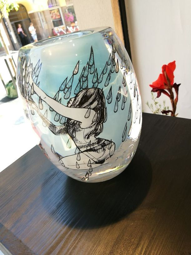 Majurin mukaan hyvä paikka lasiveistokselle on esimerkiksi ikkunalla niin, että luonnonvalo pääsee siihen.