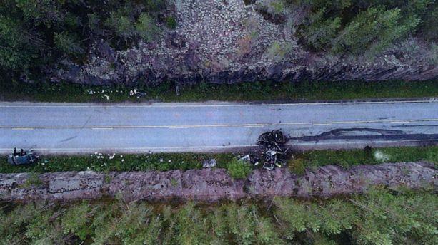 Poliisin ilmakuvaa onnettomuuspaikalta. Epäillyn auto näkyy tiellä, kuolleen pariskunnan auto pientareella heti sen vieressä. Perään ajettu auto on kuvan vasemmassa reunassa.