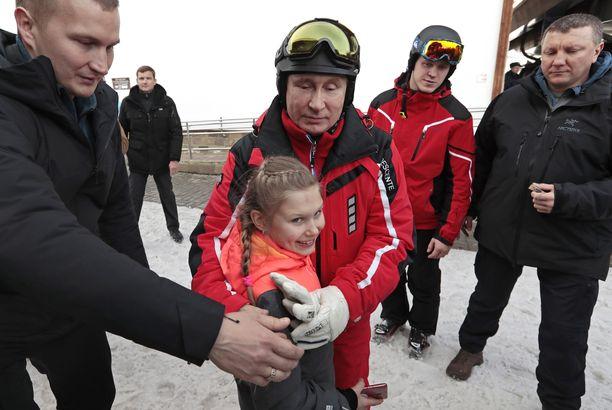 Putin kaappasi lapsia valokuviin turvamiestensä avustamana.