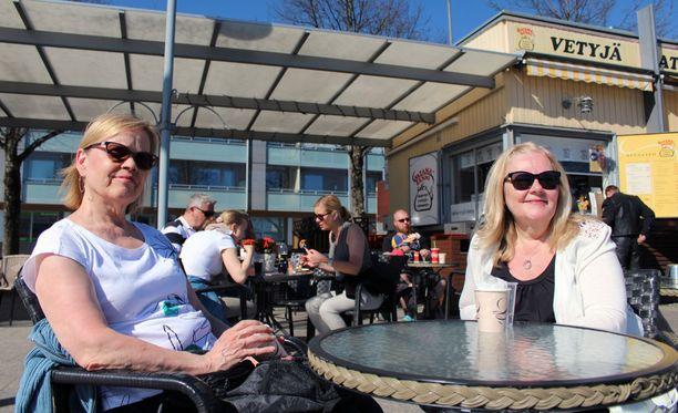 Lappeenrantalaiset Tuija Hakanen (vas.) ja Aila Majuri nautiskelivat kesän ensimmäiset torikahvit Lappeenrannan satamassa. Kesä on nyt virallisesti korkattu, Majuri iloitsee.
