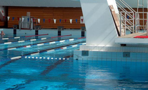 Laitospäällikön mukaan opettaja on seurannassa molemmilla uimahalleilla. Kuvan uimahalli ei liity tapaukseen.