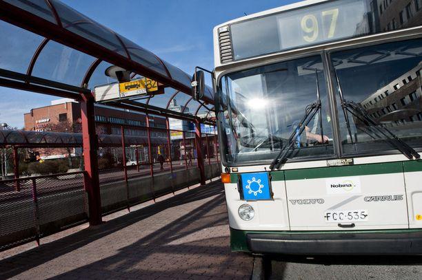 """Liikennöitsijä Nobina irtisanoi liputta bussiin yrittäneitä matkustajia kuvanneen kuljettajan vedoten """"sopimattomaan ja rasistiseen käytökseen""""."""