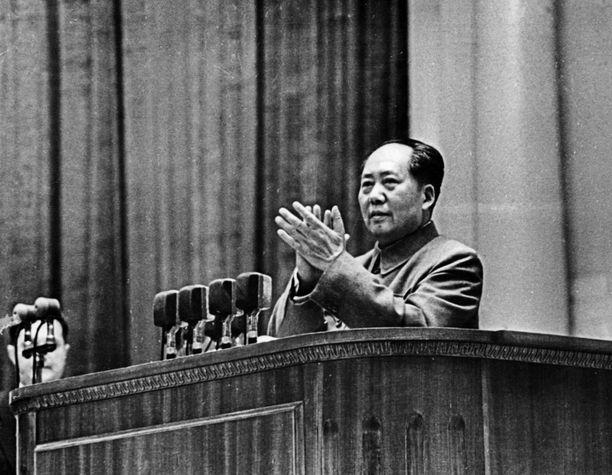 """Mao Tse-Tung osoitti tapaamisessaan Suomen Kiinan-suurlähettilään kanssa """"yksitavuisilla vastauksilla, että oli mieltynyt kuulemisestaan"""". Kuva vuodelta 1957."""