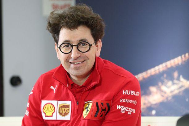 Ferrari-pomo Mattia Binotto joutuu nyt huolehtimaan F1-auton suorituskyvyn lisäksi myös tallin henkilökunnan terveydestä.