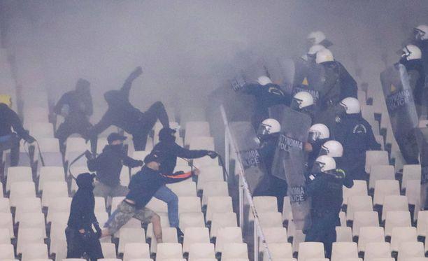 Poliisit ja huligaanit ottivat yhteen myös stadionilla.