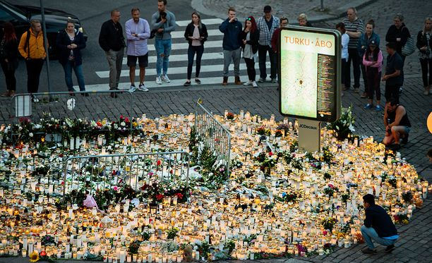 Perjantaisen puukotuksen uhrien muistopaikalla oli sunnuntai-iltana lukuisia kynttilöitä.