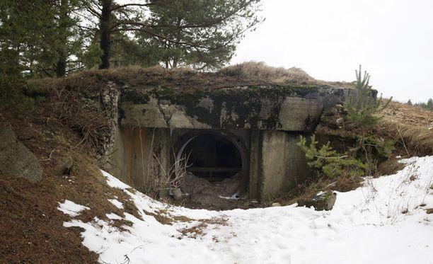Porkkala. Läheltä Hankoon vievää tietä löytyy hyvin suojattu, iso, hyväkuntoinen Grefvaksen bunkkeri.