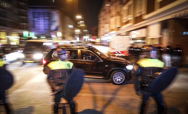 Poliisin erikoisjoukot saapuvat Schiedamse Vesthofiin, jonne Turkin perheministeri Fatma Betul Sayan Kaya oli teljettynä.