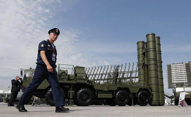 S-400-ohjusjärjestelmät ovat olleet jo liki kaksi vuotta venäläiskoneiden turvana Syyriassa. Järjestelmä toimitettiin Latakian tukikohtaan sen jälkeen, kun Turkki ampui venäläiskoneen alas marraskuussa 2015. Kuva Moskovasta elokuulta.