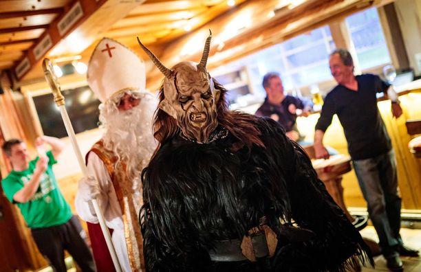 Pukin seurassa kuljeva Krampus-paholainen pelottelee tuhmia lapsia.