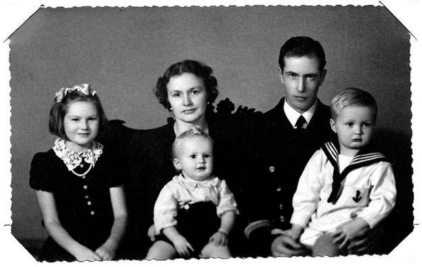 – Istun 5-vuotiaana merimiespuvussa isän sylissä. Hän oli hiljainen ja huumorintajuinen mies, joka luki ääneen satuja koko kerrostalon lapsille. Tanssijataräitini sylissä pikkuveljeni Mikko ja vieressä isosiskoni Marja.