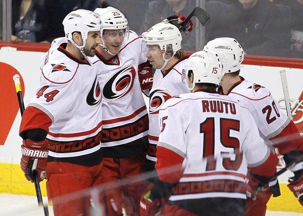 Joni Pitkänen (25), Jussi Jokinen ja Tuomo Ruutu tekivät Carolinasta aikoinaan NHL:n suomalaisjoukkueen.
