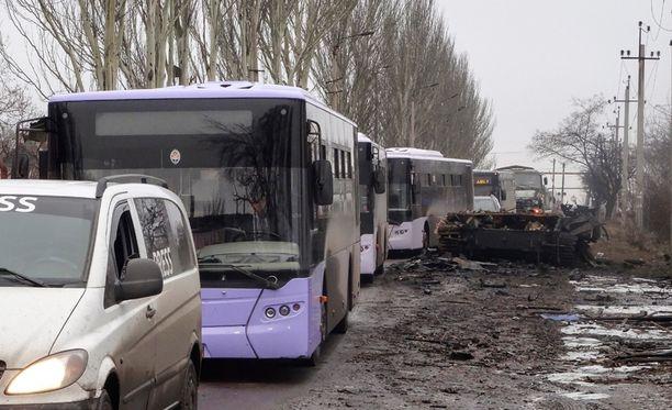Sotaa pakenevia siviilejä kuljettanut bussisaattue ohitti perjantaina tuhoutuneen panssarivaunun Donetskin lähistöllä.