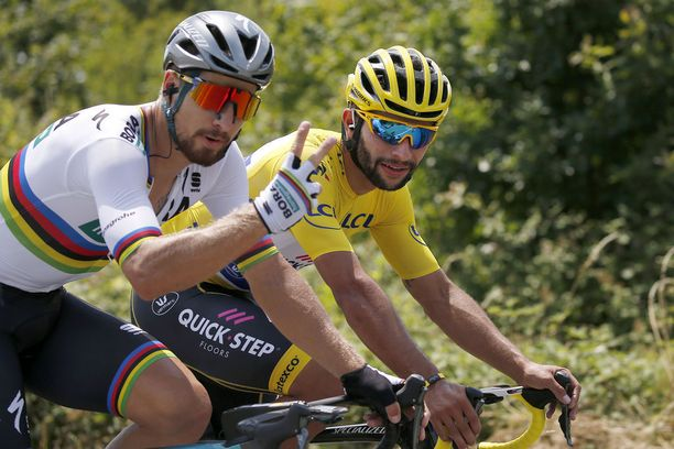 Fernandon Gaviria piti sunnuntaina yllään Tour-johtajan keltaista paitaa. Vieressä polki maailmanmestari Peter Sagan.