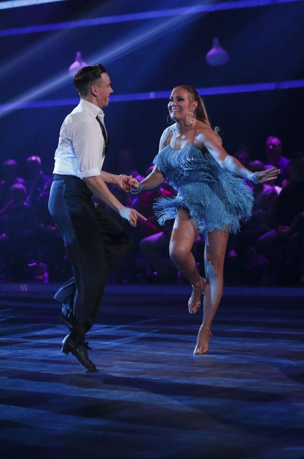 Marja sanoo, että hänestä esityksen aikana otetut kuvat näyttävät, miten paljon hän nautti tanssimisesta.