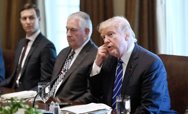 Viime aikoina aikaisempaa enemmän taustalla pysytellyt Jared Kushner (vas.) toimii tällä hetkellä myös presidentin Israelin neuvonantajana. Kuvassa myös presidentti Trumpin ohella ulkoministeri Rex Tillerson (kesk.).