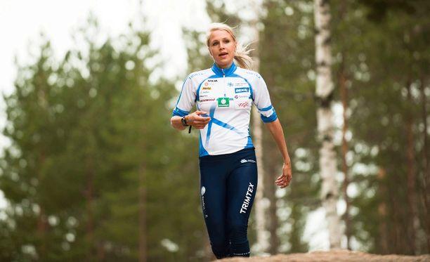 Minna Kauppi ottaa iisisti lenkkipolulla.