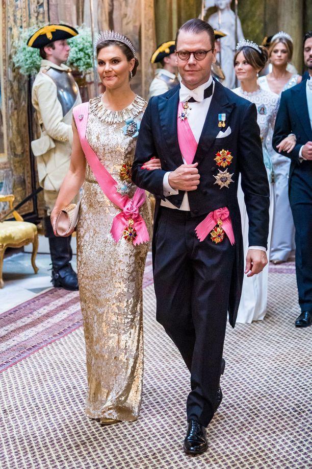 Miehensä prinssi Danielin kanssa saapunut kruununprinsessa Victoria säihkyi kultaisena.