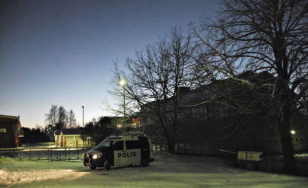 Poliisi sai hälytyksen koulukeskukseen kello 13.25.