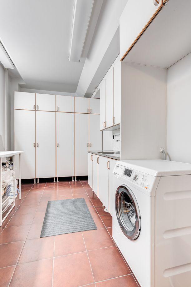 Kodinhoitohuoneessa on tilaa pyykkäillä.