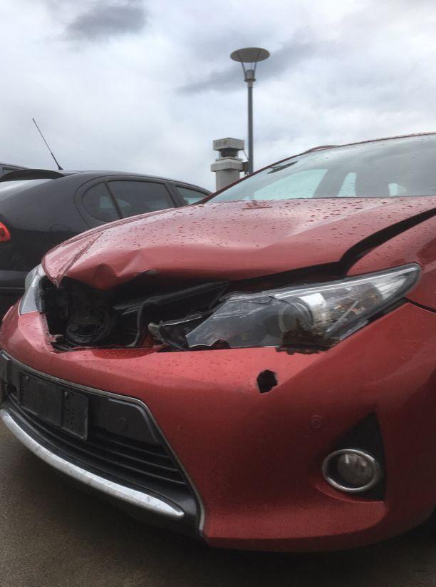 Kunnaksen auto kärsi metsäkauriskolarissa pahannäköisiä vaurioita.