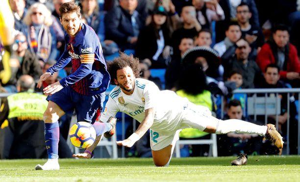 Kenkä jää nurmelle, mutta Lionel Messi jatkaa menoaan.