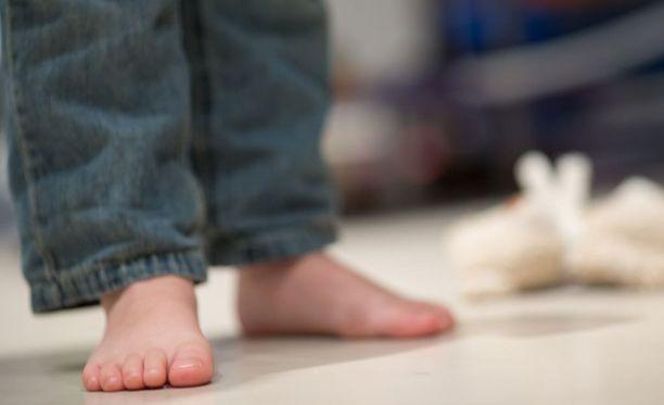 Kuvituskuva. Kokeneen lastentarhanopettajan epäillään kehottaneen muita lapsia potkimaan viisivuotiasta tyttöä päiväkodissa Porissa.