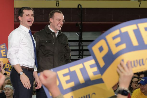 Iowan osavaltion tuloslistan kärkeä tällä hetkellä pitävä 38-vuotias Pete Buttigieg on onnistunut myös vaalikassan kerryttämisessä. Kuvassa ehdokas Chasten-puolisonsa kanssa.
