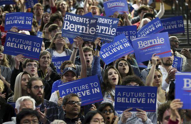 Sanders hakkasi Clintonin kirkkaasti alle 45-vuotiaiden valkoisten äänestäjien keskuudessa ja oli tasavahva ei-valkoisten alle 45-vuotiaiden. ryhmässä. Yli 45-vuotiaat äänestäjät Clinton puolestaan vei nimiinsä. Kuva vaalitilaisuudesta toukokuulta 2016.